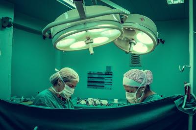 Médicos dentro de un quirófano.