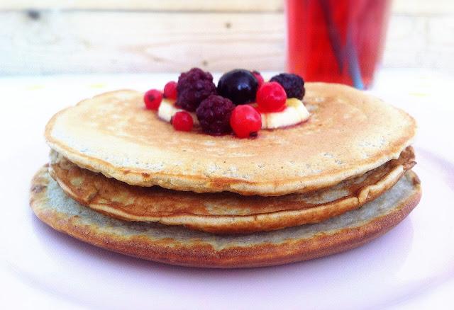 desayuno de torre de tortitas o pancakes y zumo