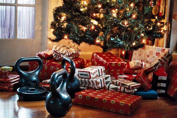 árbol de navidad con regalos y pesas