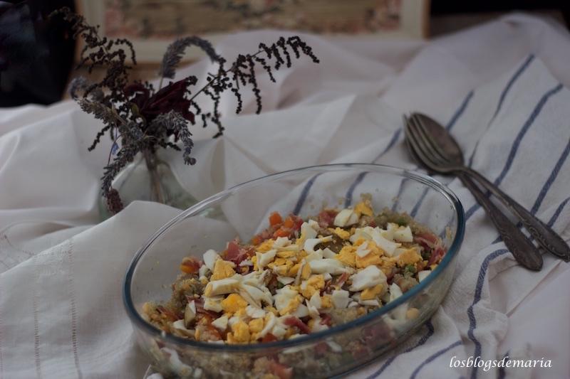 Ensalada de quinoa, verduras, jamón y huevo
