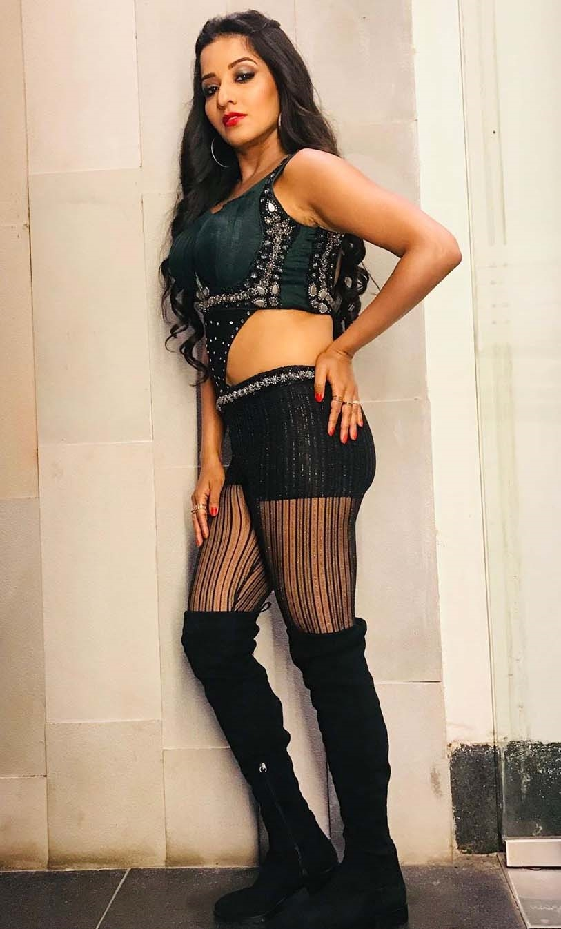 monalisa-wearing-black-outfits-flaunts-fans-see-pictures-you-will-also-become-drunk