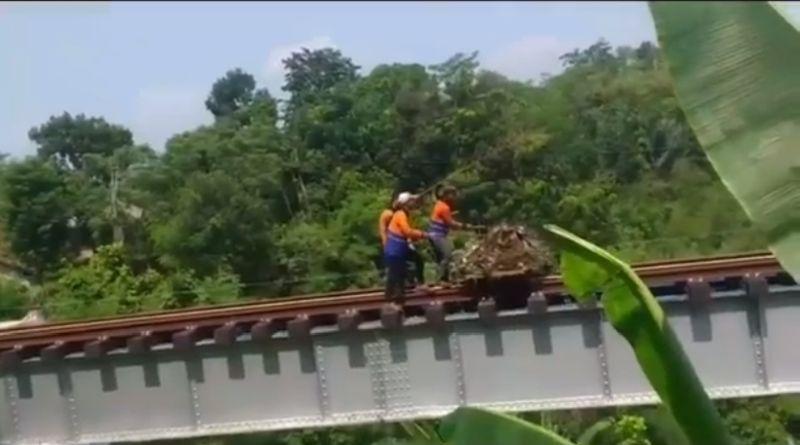 Ya Ampun! Petugas PT KAI Ini Ketahuan Buang Tumpukan Sampah ke Sungai dari Atas Rel