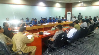 <b>Aksi di Kantor DPRD NTB, Massa SBSI KSB Adukan PT AMNT dan PT BHJ</b>