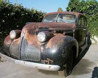 Paslanmış külüstür eski siyah renkli bir otomobil