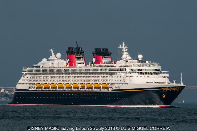 Três navios de passageiros a saírem de Lisboa seguidos db21a1baf5483