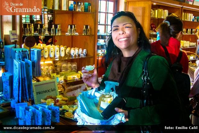 Aline fazendo suas comprinhas básicas de essências e fragrâncias no Museu do Perfume.