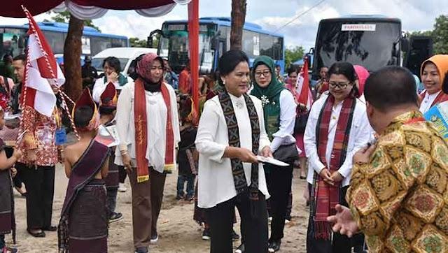 Ibu Negara Iriana Joko Widodo mengawali kunjungannya ke Sumatera Utara dengan mendatangi Pendidikan Anak Usia Dini (PAUD) Toba Lestari di Desa Lumban Gaol, Kecamatan Balige, Kabupaten Toba Samosir, Selasa (17/4).