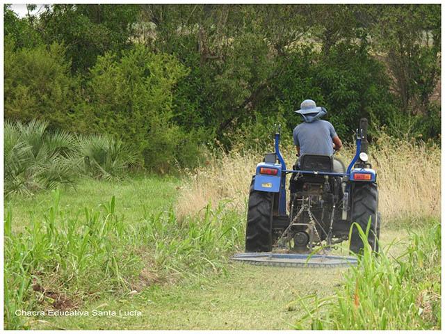 Trabajando en el tractor - Chacra Educativa Santa Lucía