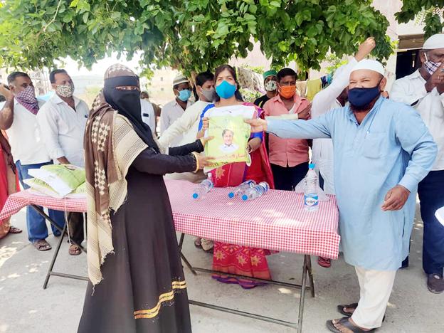 ముస్లిం సోదరులకు దుస్తుల పంపిణీ_harshanews.com
