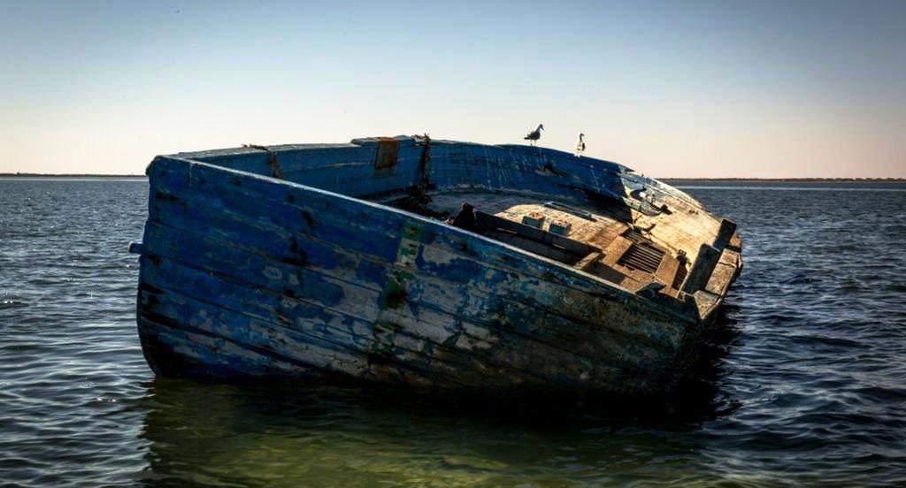 """أمواج شاطئ تخرج قارب صيد """"فارغ"""" دون معرفة مصير من كانوا على متنه"""