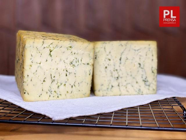 Derby queso semiduro que al aplicar especias adquiere color marmolado. Se puede encontrar natural, con salvia y paprika merken
