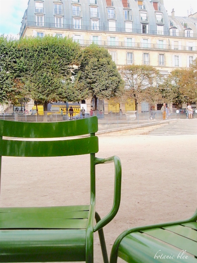 paris-park-chairs-near-paris-apartments