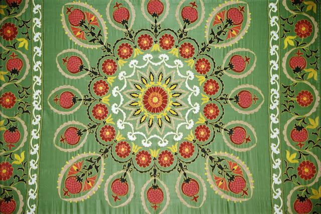 Ouzbékistan, Tachkent, Musée des Arts décoratifs, broderie, soie, © L. Gigout, 2001