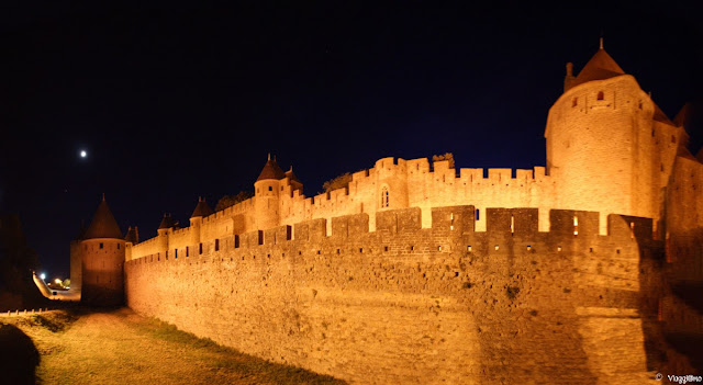 Vista delle mura della cittadella di notte