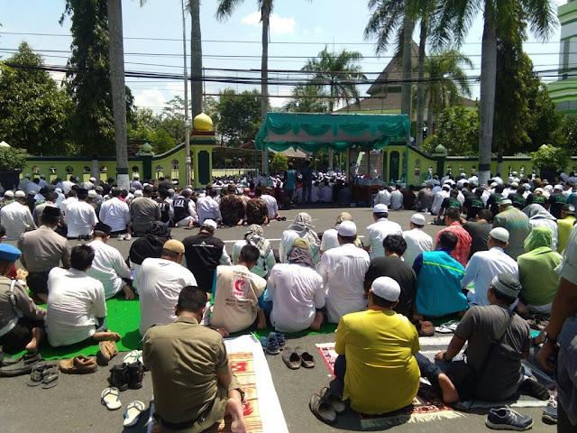 Peserta Aksi Bela Rohingya Shalat Jumat di Masjid An Nuur Magelang