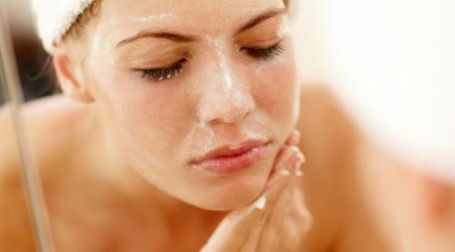 Cara membuat scrub gula untuk memutihkan wajah