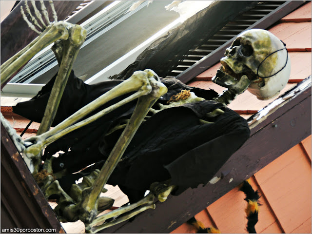 Decoraciones de Halloween en Massachusetts: Un Esqueleto en una Fachada de Salem