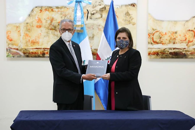 Embajador de RD dona libros Escuela Consular de Guatemala