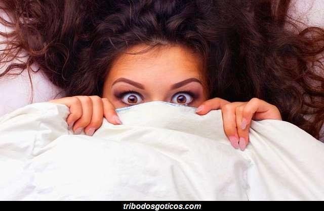 mulher assustada pesadelo cama sonhos