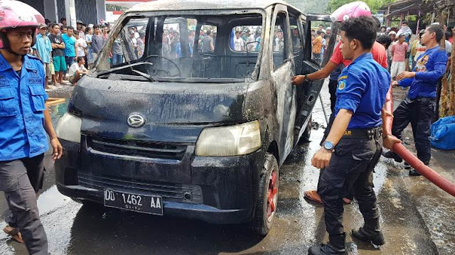 Mobil Terbakar Di Jalan Veteran, Damkar, Sigap Padamkan Api