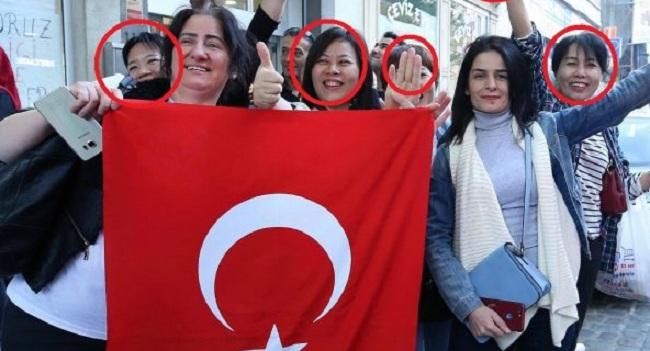 Τουρκομογγόλες ψηφίζουν Ερντογάν και κάνουν τον χαιρετισμό της Μουσουλμανικής Αδελφότητας