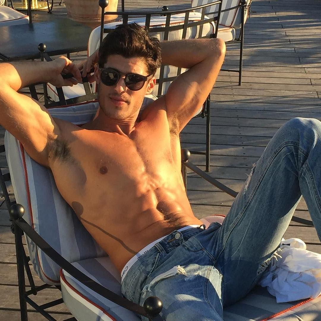 hot-shirtless-guys-sunglasses-jeans-hairy-armpit