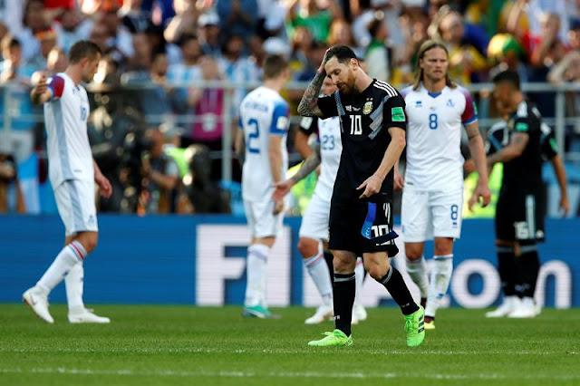 Messi lamenta a chance perdida durante a partida entre Argentina e Islândia