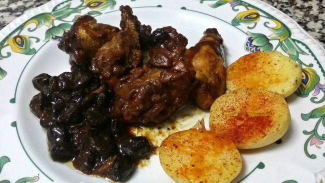 Pollo con pasas y patatas asadas