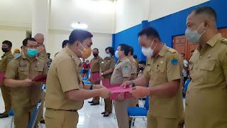 Pjs. Bupati Clay Dondokambey Serahkan  SK 15 Penjabat Kumtua di Minut