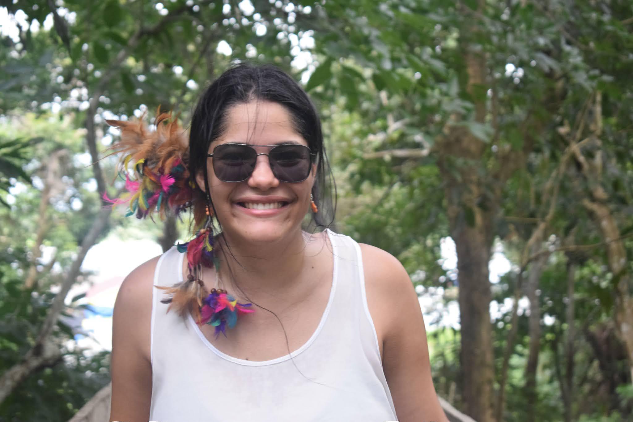 mulher no meio da floresta amazonica
