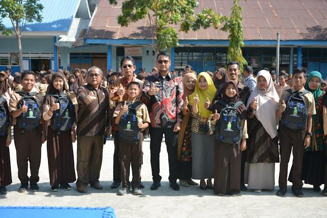 Bupati Sinjai Serahkan Bantuan Seragam Sekolah kepada Murid SD dan SMP