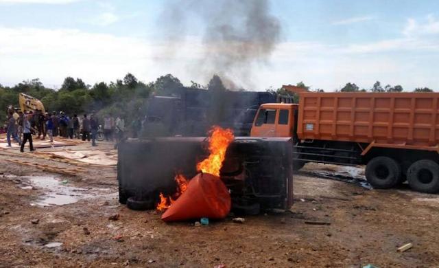 Warga bakar mobil pick up milik PT Semen Indonesia