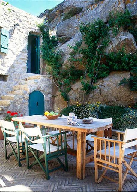 patio dans la roche maison traditionnelle méditerranéenne
