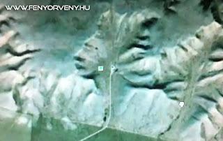 Emberi fej rajzolódik ki Kanada hegyei között