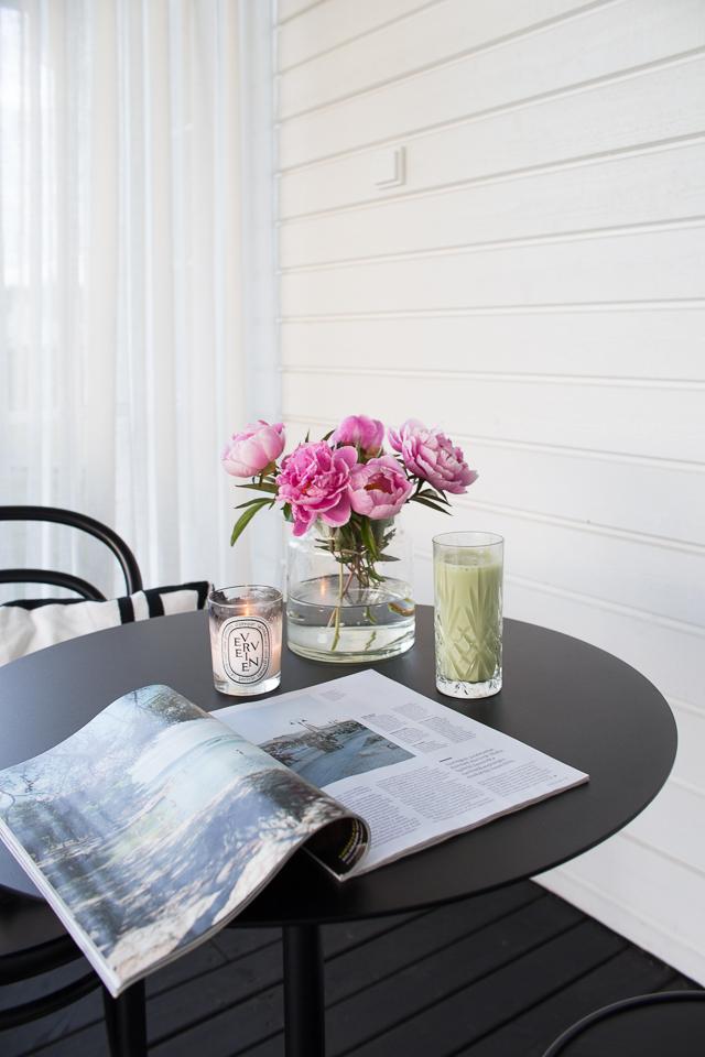 Villa H, kahvihetki, TON-tuoli, pionit, terassi, Hayn terrazzo-pöytä