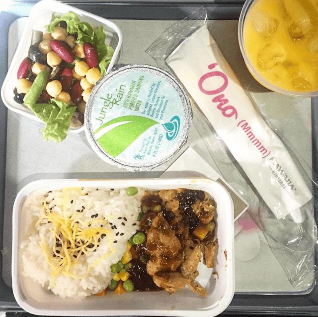 Một lần nữa, món cơm lại xuất hiện và lần này là đi kèm với salad bao gồm các loại hạt và đậu. Chiếc hộp tròn giữa hình dù trông giống như một hộp đựng thạch nhưng thực ra là nước uống đấy. Đó là loại nước uống tinh khiết đặc biệt có nguồn gốc từ Hawaii 100%.
