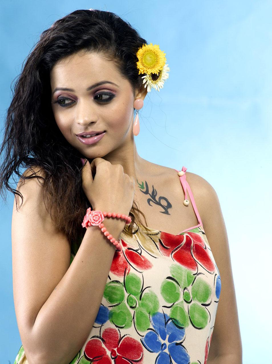 Latest Movies Gallery: BHAVANA ACTRESS HOT MODERN DRESS