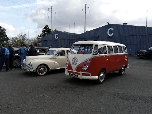 une jolie Peugeot 203 de 1958 et son copain le Combi Volkswagen T1 Samba de 1972