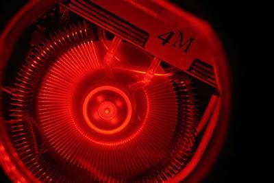 CPU de computadora recubierto en madera y con foco rojo
