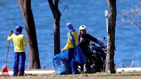 Com Covid, Bolsonaro passeia de moto sem máscara e conversa com garis