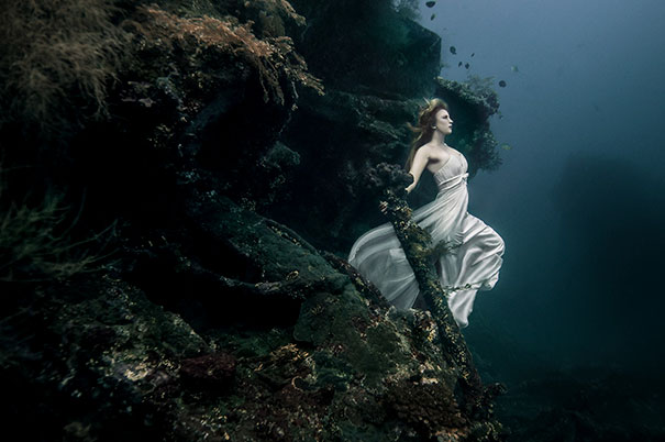 15+ Pics That Show Photography Is The Biggest Lie Ever - Photoshoot 25m Under The Sea In A Sunken Shipwreck