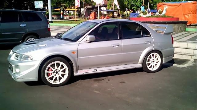 Mitsubishi Lancer Evolution IV Tommi Makinen Edition samping