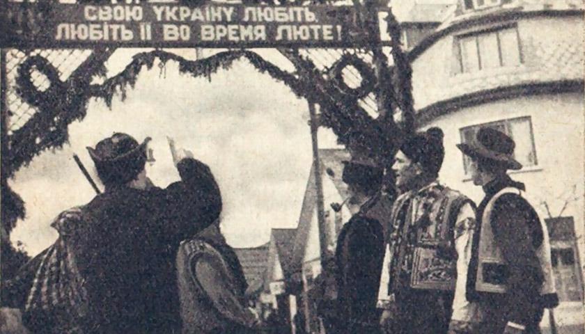 Група селян біля будинку, де проходив перший Сойм Карпатської України. © dazo.gov.ua
