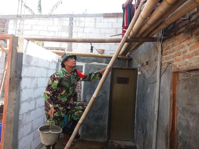 Babinsa Gantiwarno Bantu Renovasi Rumah Warga Binaan