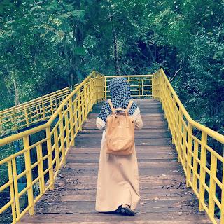 Foto-wanita-berjalan-membelakangi-di-atas-jembatan