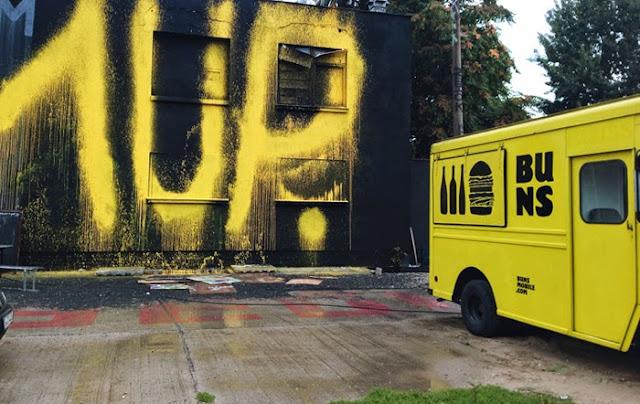 Burger Berlin Wagen mit Burger Imbisswagen 1UP Berlin I am 1UP Graffiti illegal sprayen Berlin Bangkok Mumbai