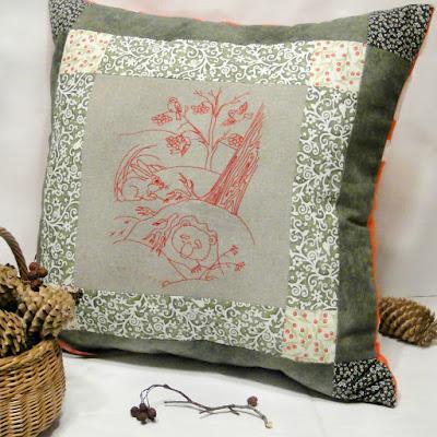 Вышитые чехлы на диванные подушки: мишка в берлоге. Красно-зеленые новогодние подушки. Подарок на новый год девочке, ручная работа