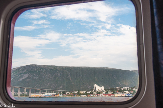 La catedral ártica de Tromso desde Hurtigruten. Noruega