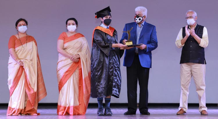 Rakesh Bharti Mittal, Chairman, Governing Council, Sat Paul Mittal School Presenting Award to the meritorious students of class XII