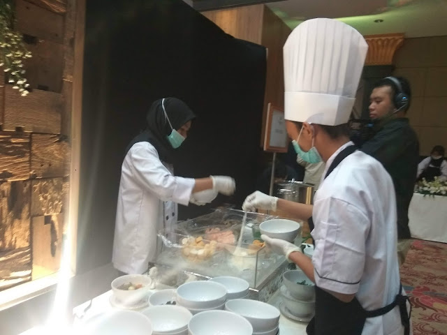 Menyiapkan sajian Fleudelys Catering (dok.windhu)
